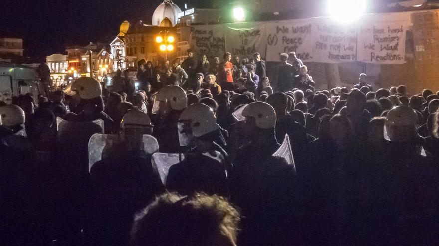La Policía griega durante el ataque de grupos de extrema derecha a refugiados el pasado domingo.