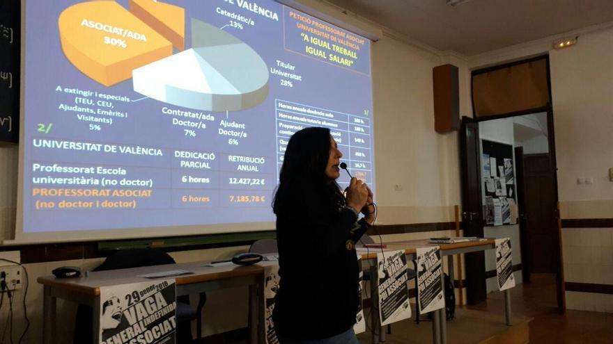 Una profesora asociada durante una asamblea para la huelga