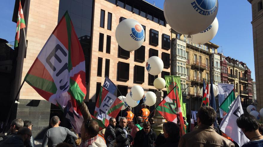 """Globada de ertzainas """"enfadados"""" frente a Sabin Etxea, sede del PNV en Bilbao."""