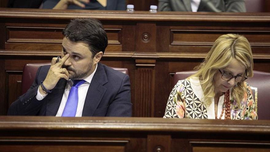 El portavoz del grupo popular en el Parlamento de Canarias, Asier Antona, escucha al presidente del Ejecutivo canario, Paulino Rivero, durante el debate de la nacionalidad canaria en el Parlamento regional. EFE/Ramón de la Rocha