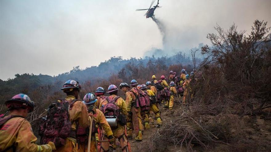 El control de un incendio en California avanza al 30 % con ataques desde el aire
