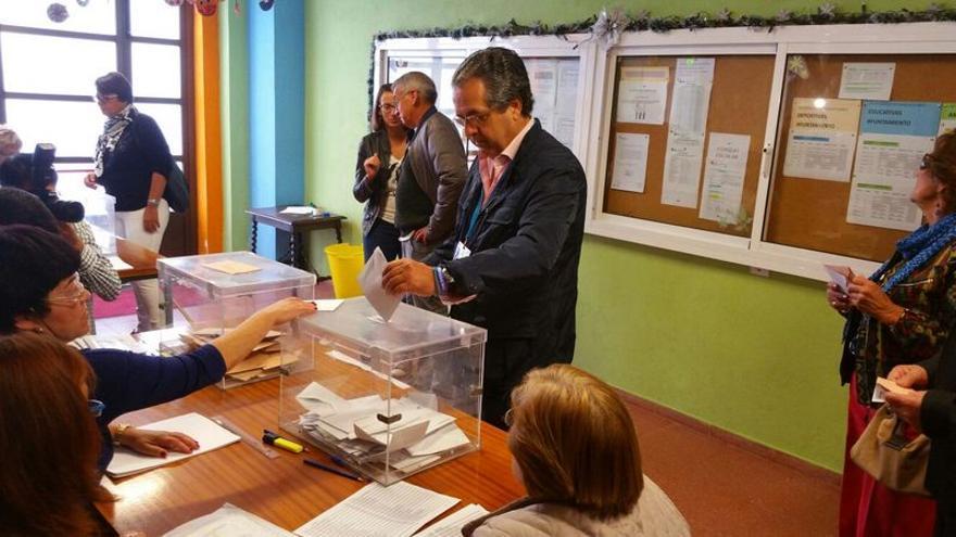El senador electo Antonio Alarcó emitió su voto en un colegio electoral de La Laguna