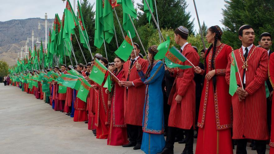 Estudiantes y trabajadores públicos, perfectamente uniformados, aguardan para aclamar a Berdimuhamedov.