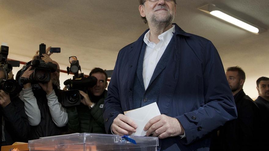 Rajoy en el colegio electoral el domingo.