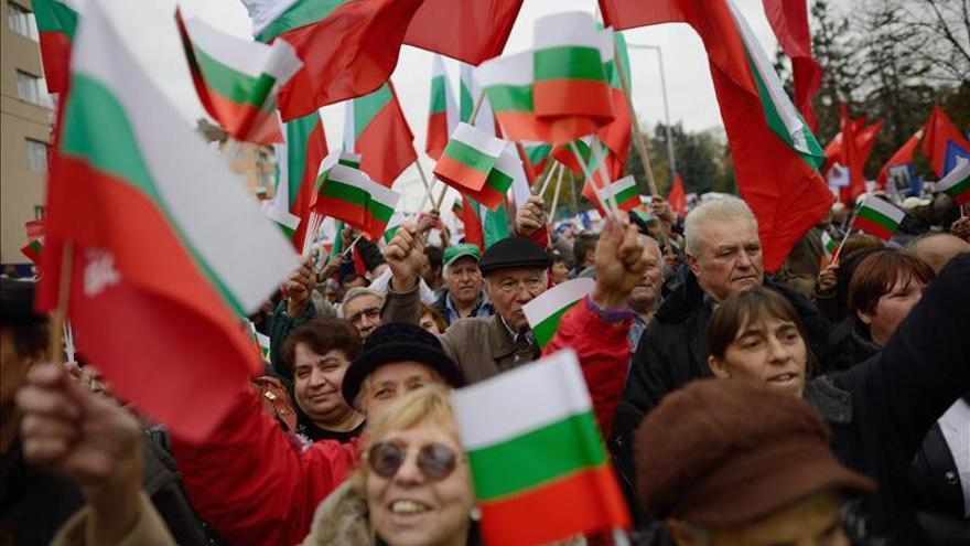 Miles salen a manifestarse en contra y a favor del Gobierno de Bulgaria