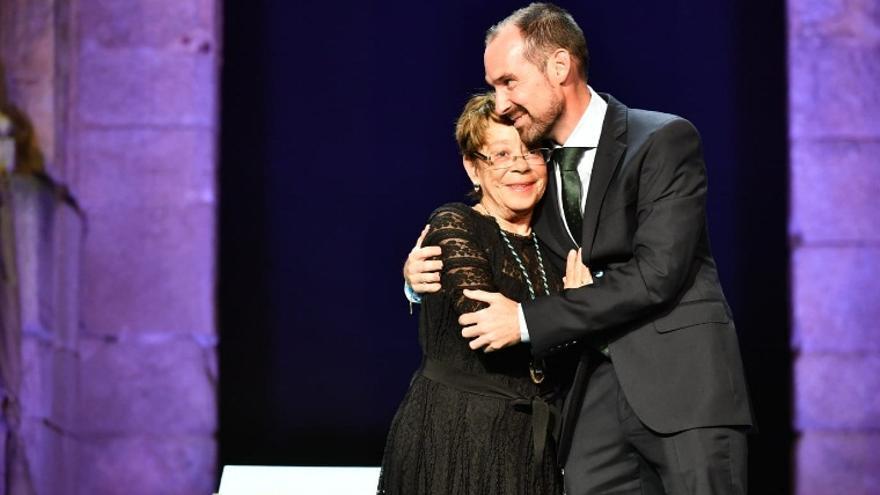La veterana periodista María Jesús Almeida recibe la Medalla de Extremadura de manos del director de Onda Campus de la UEx, Daniel Martín