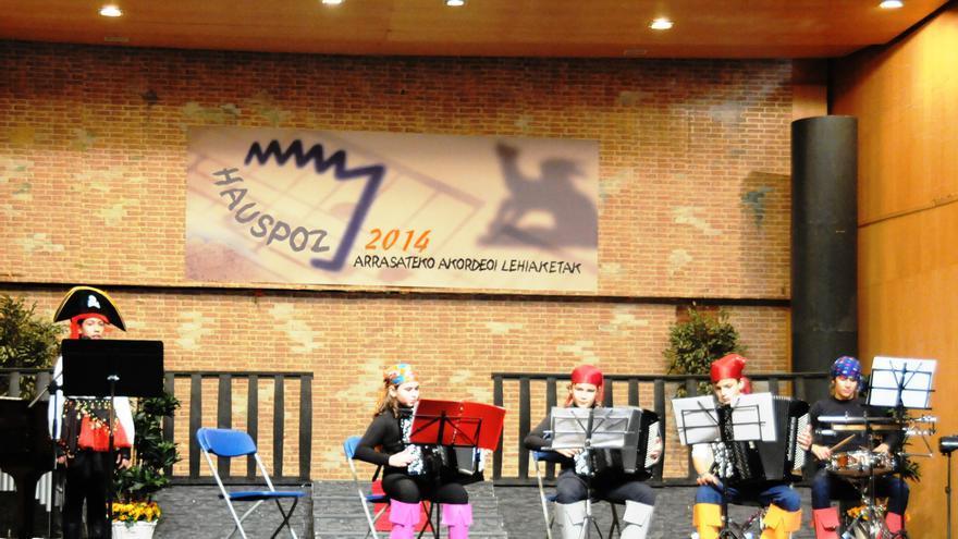 """Jóvenes acordeonistas murcianos interpretando la banda sonora de la película """"Piratas del Caribe"""""""