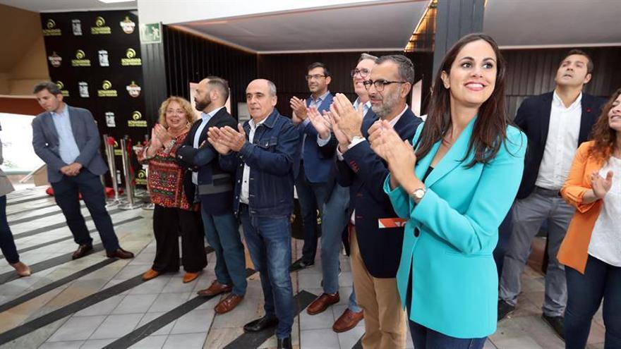 Ciudadanos presenta a sus candidatas a presidenta del Gobierno de Canarias, Vidina Espino (d), y a alcaldesa de Las Palmas de Gran Canaria, Beatriz Correas.