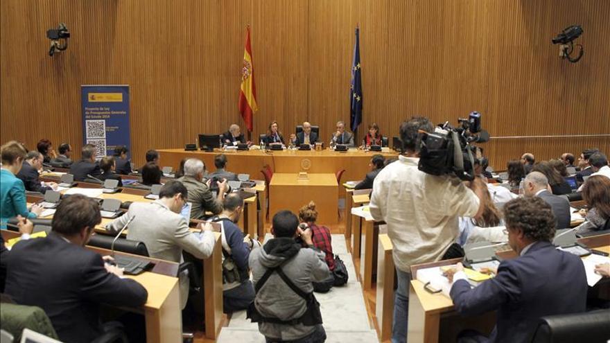 Vista general de la conferencia de prensa del ministro de Hacienda y Administraciones Públicas, Cristóbal Montoro. / Efe