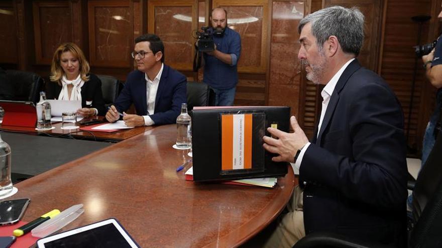 El presidente del Gobierno de Canarias, Fernando Clavijo (d), durante la reunión del consejo de gobierno. que se celebró el pasado lunes.