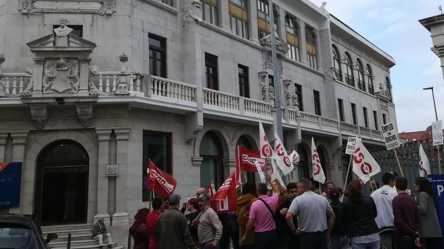 Trabajadores de AMPROS se concentran para reclamar un nuevo convenio colectivo