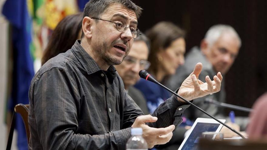 El politólogo y fundador de Podemos, Juan Carlos Monedero, durante su intervención en la comisión sobre la reforma del sistema electoral canario, celebrada en el Parlamento de Canarias.
