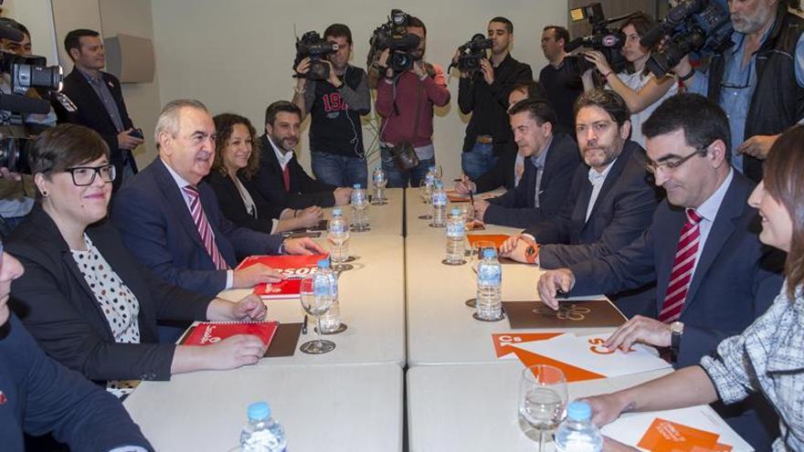 Las delegaciones de PSOE y Ciudadanos que se han reunido para abordar la situación en Murcia.