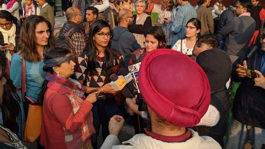 Mujeres indias realizan la performance 'Un violador en tu camino' en Delhi