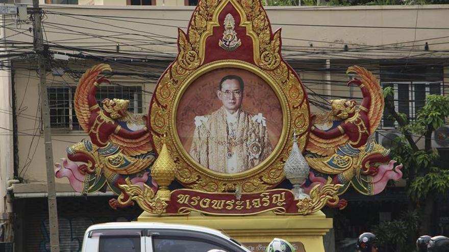 El rey de Tailandia mejora de una infección respiratoria