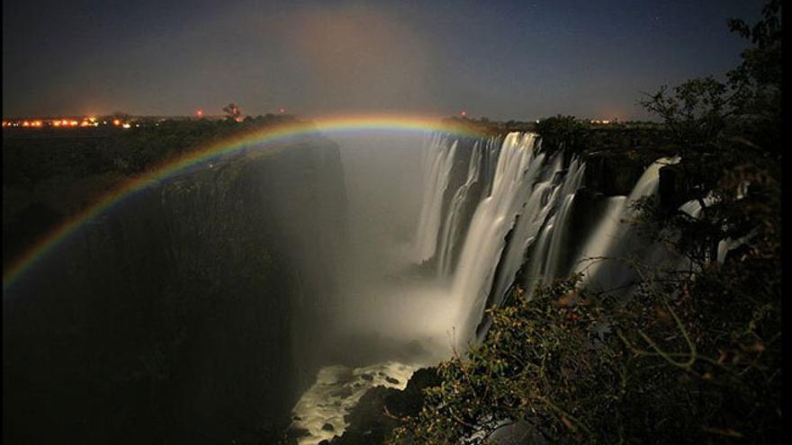 El arco de luna, una de las maravillas que pueden verse en Victoria Falls durante los días de Luna llena.