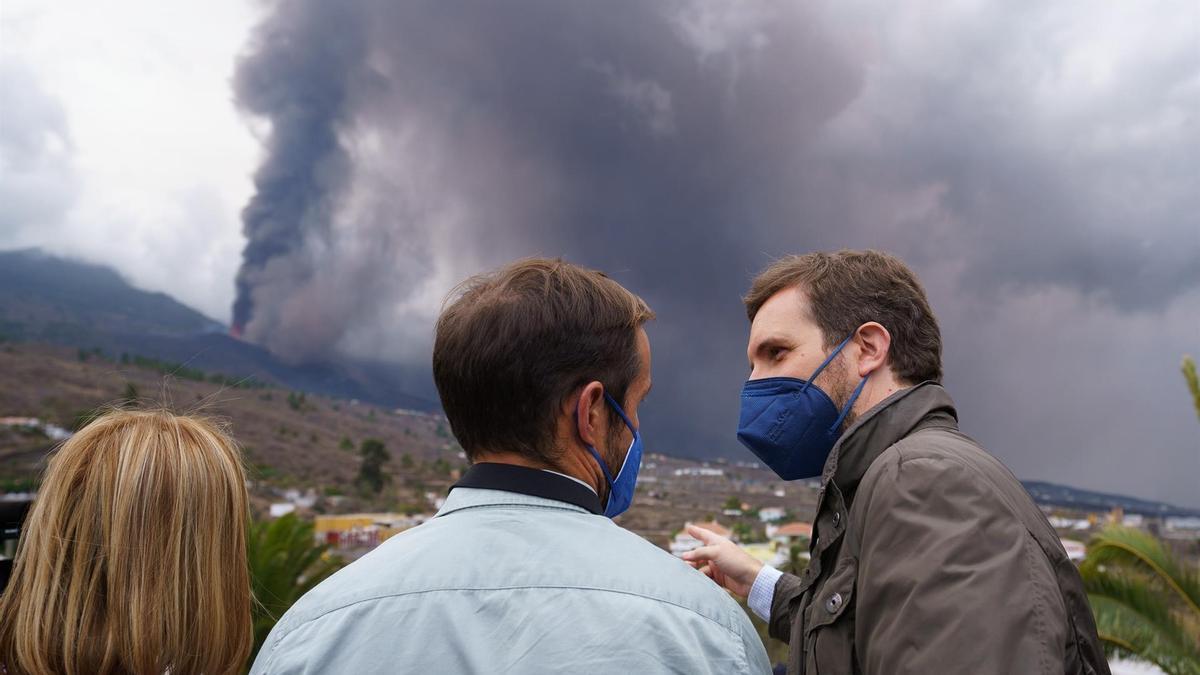 Pablo Casa y Mariano Zapata en las cercanías del volcán.