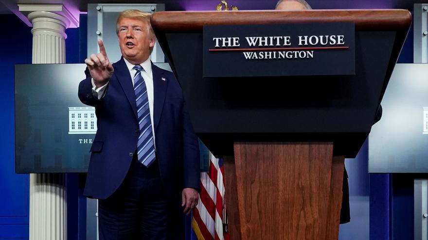 El presidente de Estados Unidos, Donald Trump, responde a las preguntas de medios sobre la crisis de la COVID-19 // REUTERS/Joshua Roberts