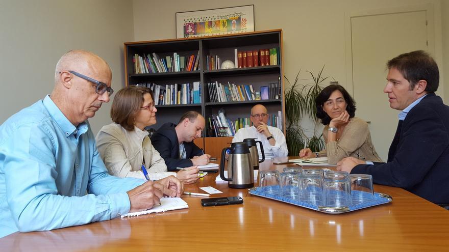 A la izquierda, los representantes de Medio Ambiente, con la consellera Cebrián al centro, y a la derecha los representantes de Ecoembes