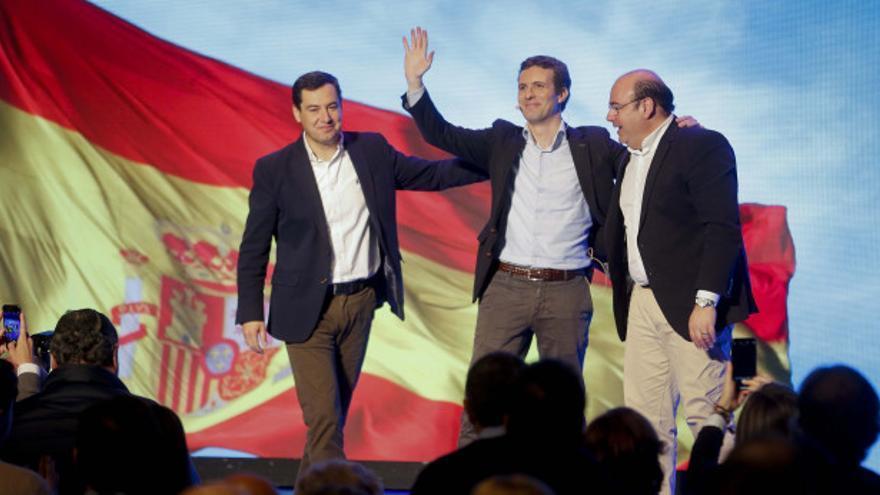 Sebastián Pérez (derecha) junto con Pablo Casado y Juan Manuel Moreno Bonilla en un acto de la campaña