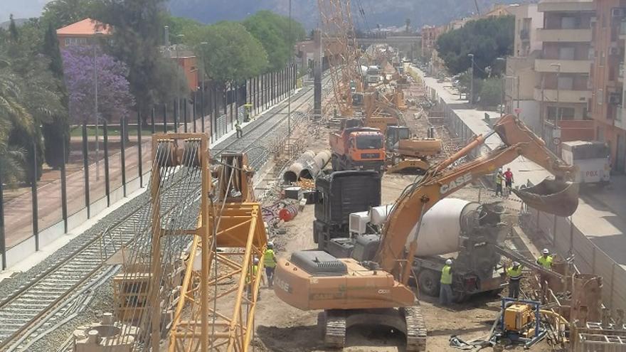 Las obras de soterramiento a la altura del paso a nivel de Santiago El Mayor (Murcia)