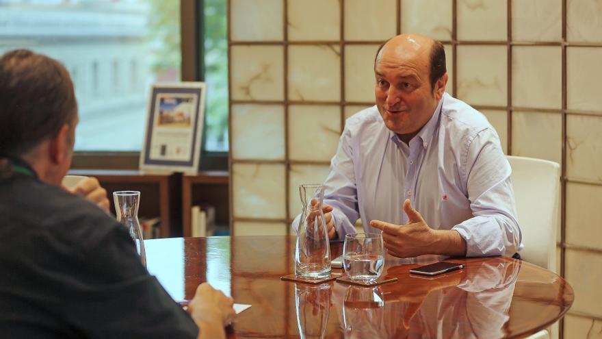 Andoni Ortuzar, en su despacho de Sabin Etxea, en un momento de la entrevista.