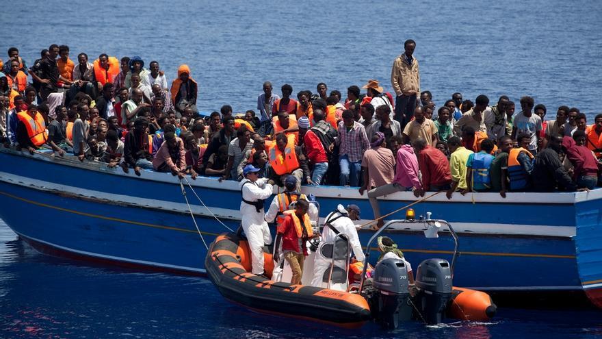 En una precaria embarcación de apenas 18 metros viajaban 561 personas. Se trata del mayor rescate realizado hasta el momento por un barco con equipos de MSF  a bordo. La operación se inició a las 11 de la mañana y se prolongó durante siete horas. Fotografía: Ikram N'gadi