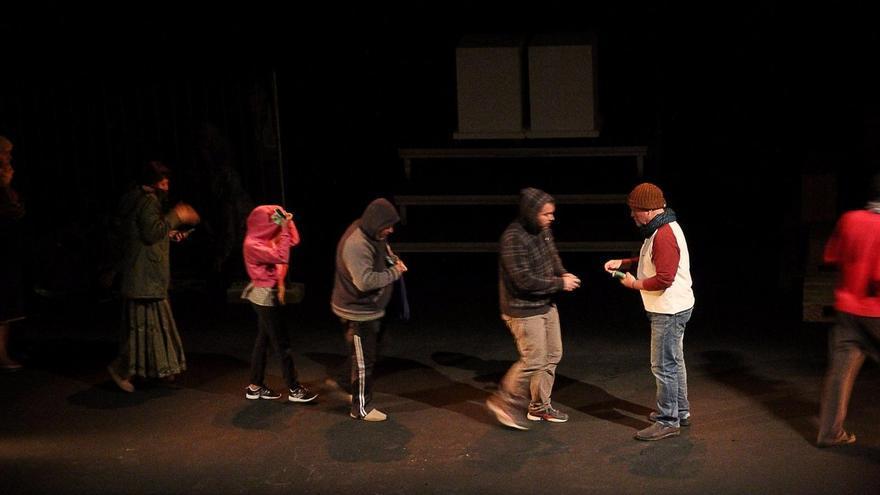 Otro momento de la puesta en escena de la obra 'Lágrimas del éxodo'. Foto: JOSÉ AYUT.