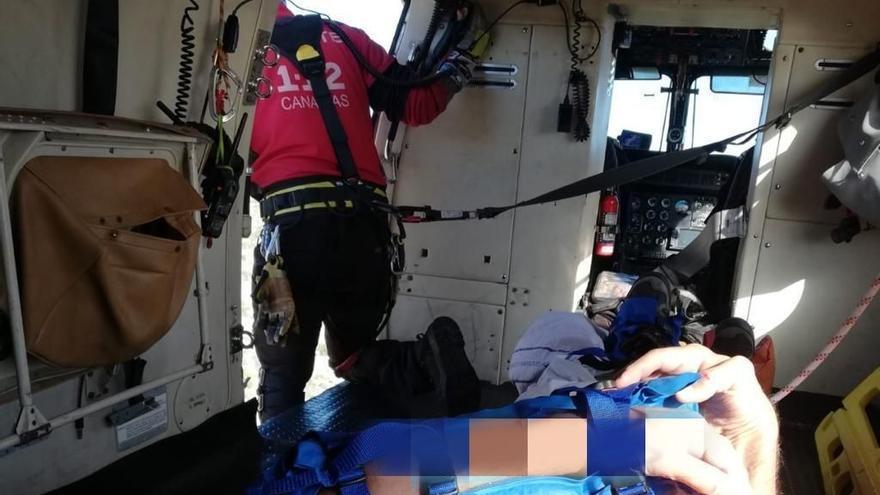 Traslado en helicóptero del GES del parapentista accidentado en Adeje
