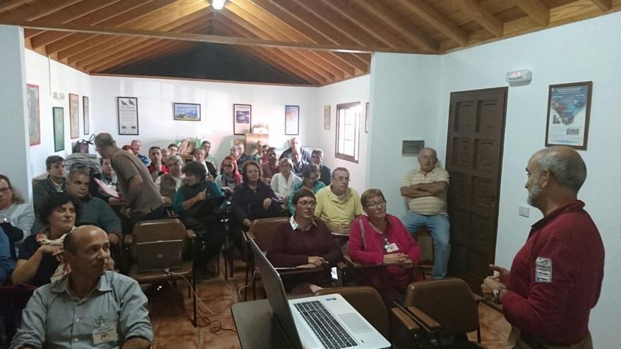 Ángel Palomares (izq.), director del Parque Nacional de La Caldera de Taburiente, durante su charla sobre el plan de recuperación de la flora de cumbre.