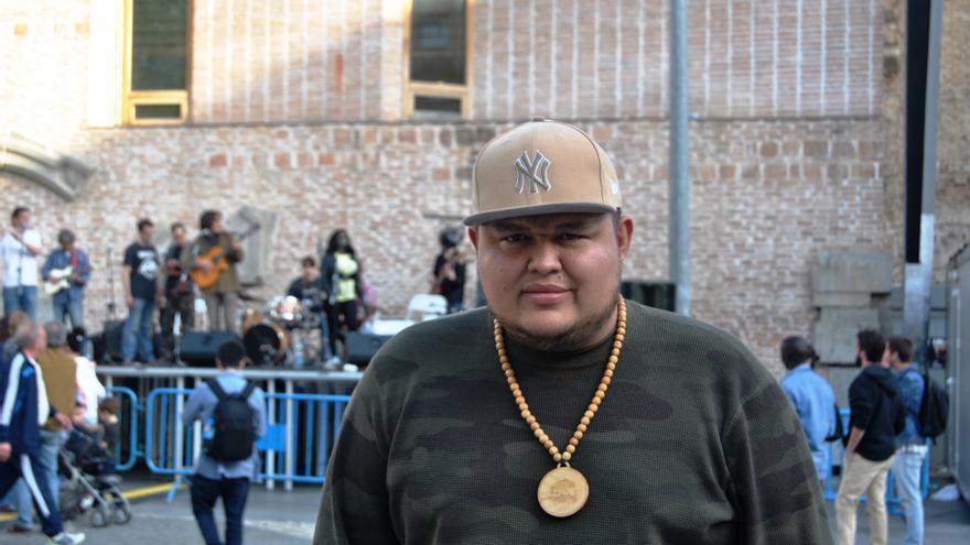 Jeihhco, rapero y gestor cultural de Casa Kolacho, en el festival Cosmocastiza de Lavapiés.