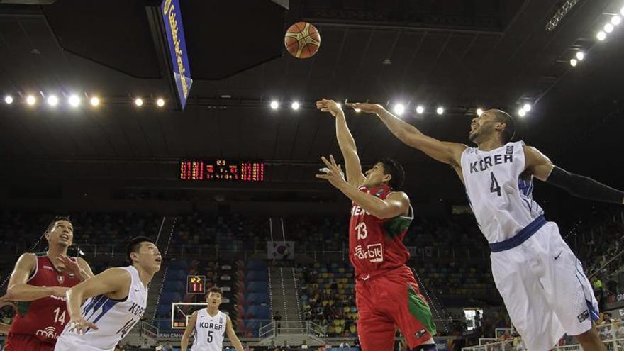 Tajeon Moon (d) y Sekeun Oh (2i); y Orlando Méndes (2d) y Adrián Zamora (i), jugadores de las selecciones de Corea y México. (EFE/Ángel Medina G).