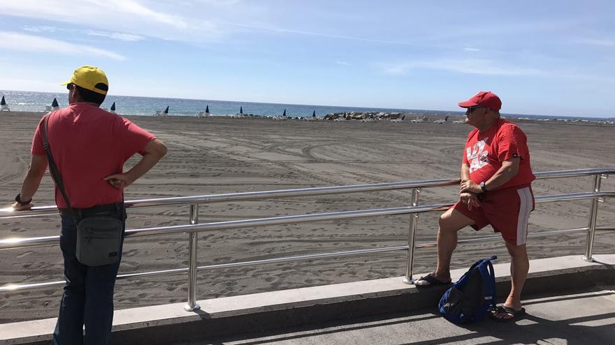 Dos curiosos en la inauguración de la playa de Santa Cruz de La Palma