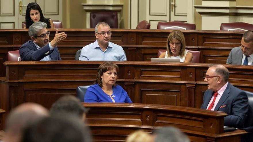 El diputado de Nueva Canarias, Román Rodríguez se dirige al consejero de Sanidad del Gobierno de Canarias, José Manuel Baltar y a la consejera de Educación, Soledad Monzón,durante el pleno del Parlamento de Canarias.
