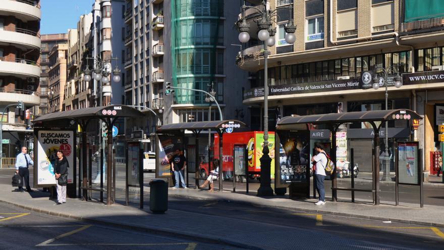 Paradas de autobús en la plaza de San Agustín de Valencia (Imagen: Wikimedia)