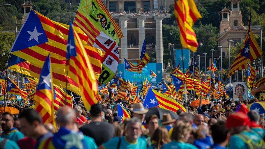 Cientos de personas con banderas de la estelada (bandera independentista catalana) durante la manifestación convocada por la Asamblea Nacional Catalana (ANC) con el lema 'Objectiu Independència (Objetivo independencia)'.