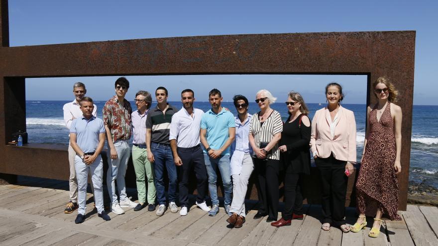 Foto de familia con casi todos los galardonados con los Premios AT, junto al concejal de Turismo de Arona, David Pérez