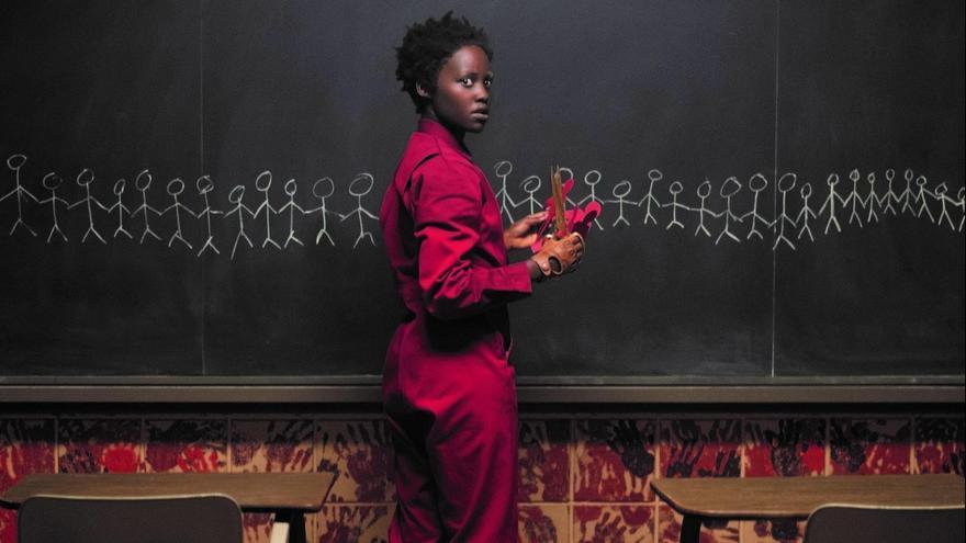 Lupita Nyong'o como la misteriosa Red