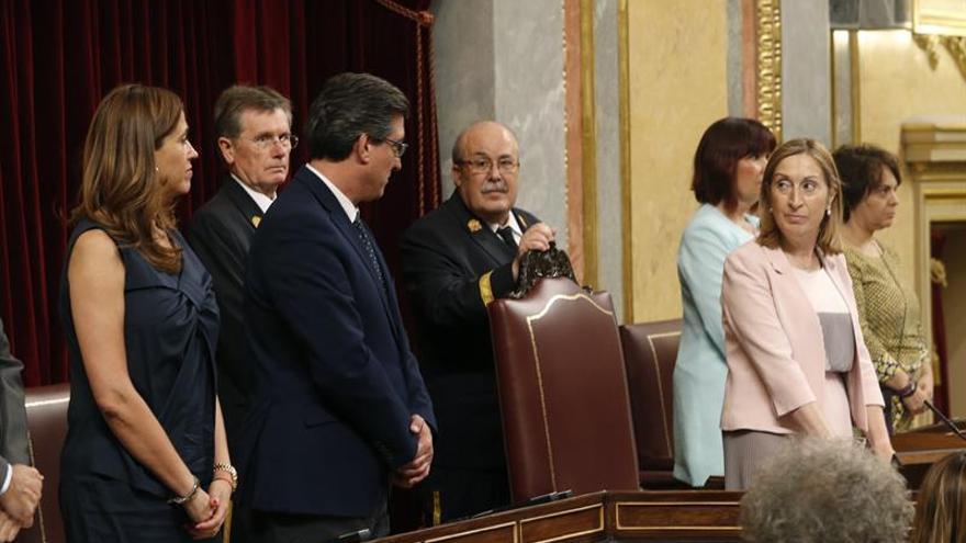La presidenta del Congreso, Ana Pastor, junto a los miembros de la Mesa de la Cámara en una sesión.