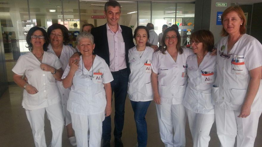 Urralburu con los trabajadores del Hospital Virgen de la Arrixaca de Murcia