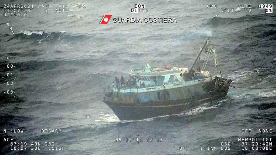 La guardia costera italiana rescata una barca con más de 100 migrantes a bordo