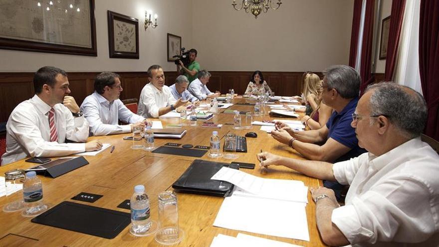 Un momento de la reunión que la Junta de Portavoces del Parlamento de Canarias ha mantenido hoy tras el descanso vacacional. EFE/Ramón de la Rocha