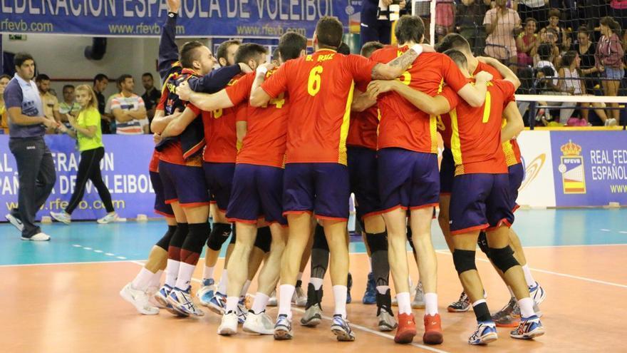 La selección española de voleibol celebrando la victoria ante Montenegro en el Centro Insular de Deportes.