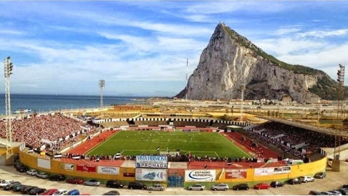 Campo de la Línea de la Concepción con Gibraltar al fondo