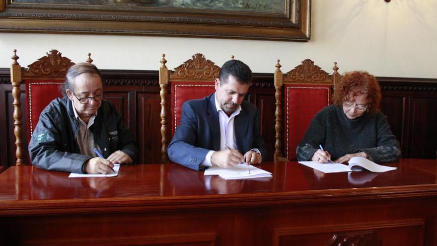 En la imagen, Luis Ortega, Juan José Cabrera y Concha Capote en la firma del acuerdo.