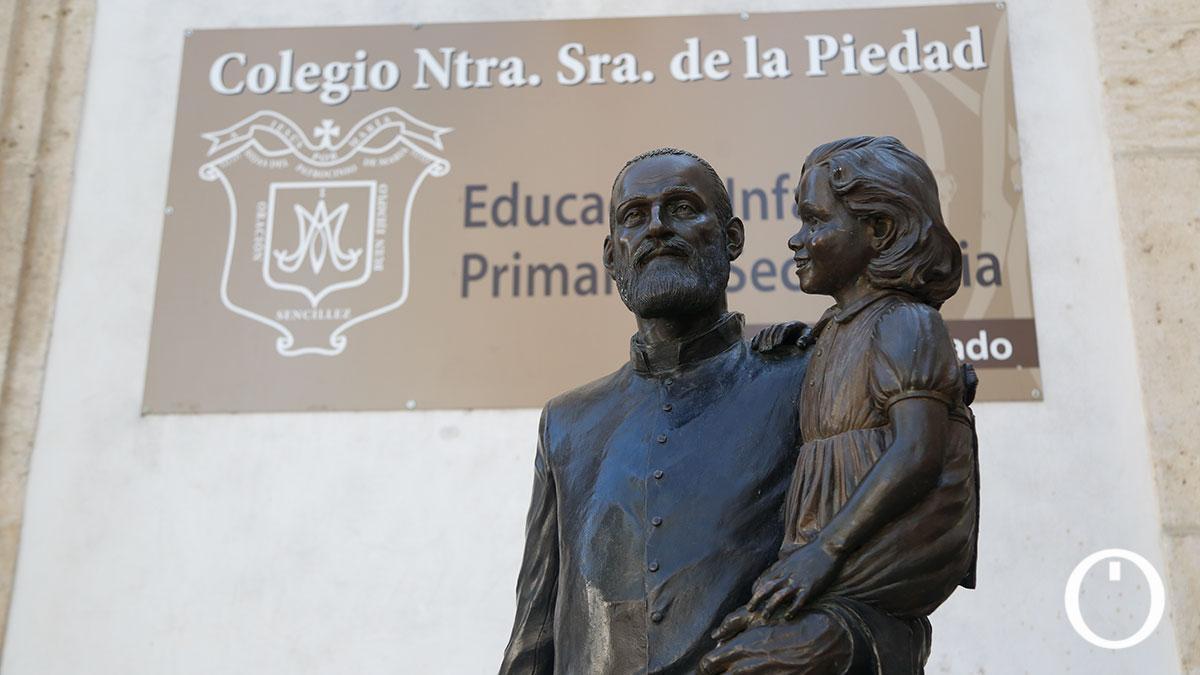 Escultura del Padre Cosme en la puerta del Colegio La Piedad