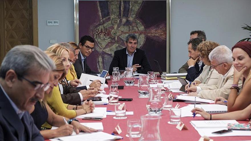 El presidente del Gobierno de Canarias, Fernando Clavijo (c), se reunió con los portavoces y presidentes de los grupos parlamentarios.