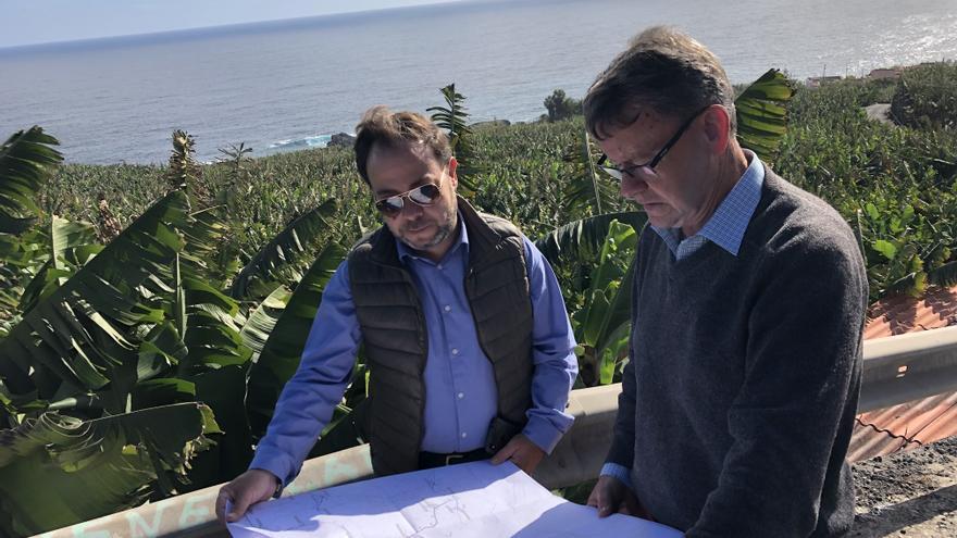 César Martín (i) revisa la localización de las actuaciones.