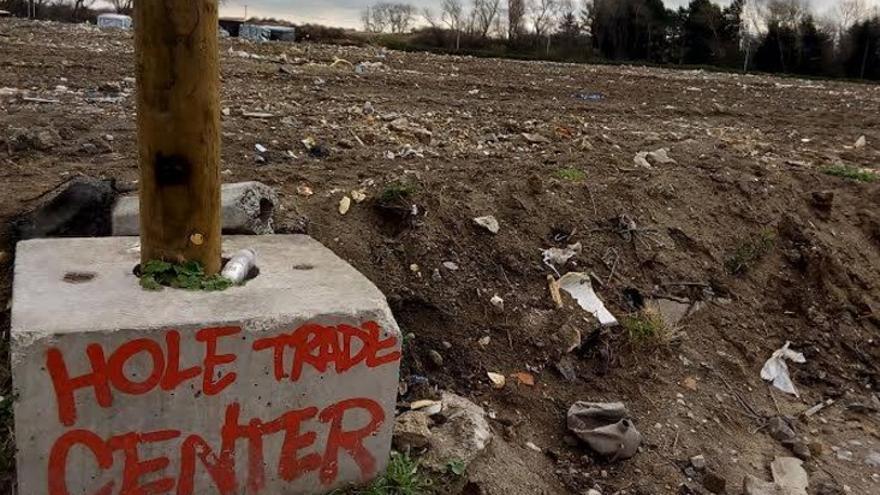 Estado en el que han quedado las calles de la zona sur de la Jungla de Calais tras el derrumbe