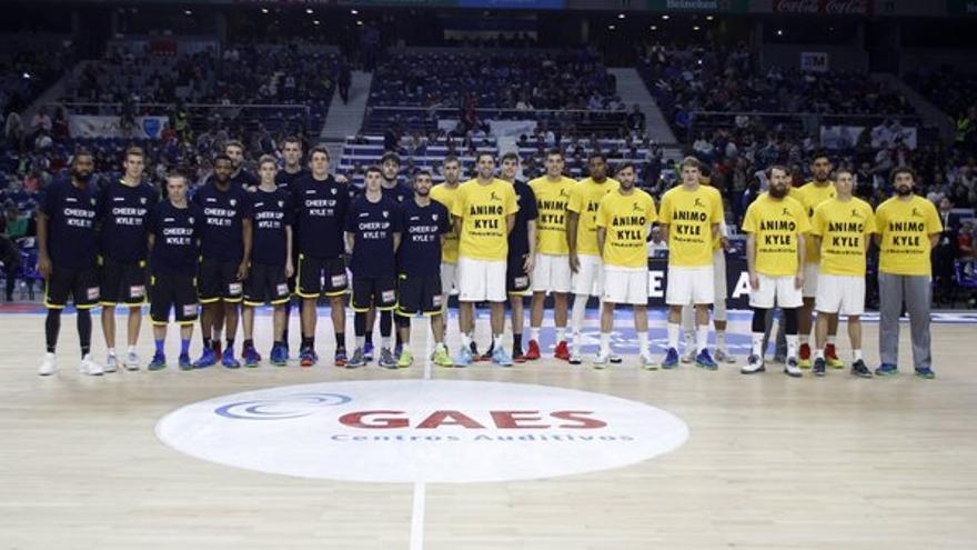 Los jugadores del Movistar Estudiantes y Real Madrid mostrando su apoyo a Kyle Kuric. (Twitter oficial ACB).